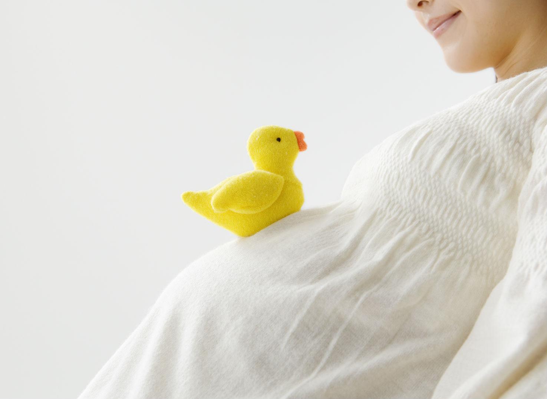 お腹の子と話す妊婦さん